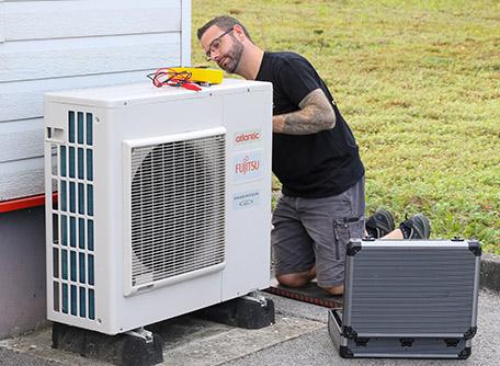 Entretien d'une pompe à chaleur par un technicien spécialisé ID Energies